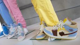 """Sneakers Nike Air Jordan, Nike Air Sneakers dan dan Blue converse All-Star anggota BTS, Suga, Jin dan V pada video klip """"Dynamite"""" ditampilkan saat pratinjau pers Julien's Auctions MusiCares Charity Relief Auction, di Beverly Hills, California, Selasa (26/1/2021). (VALERIE MACON/AFP)"""