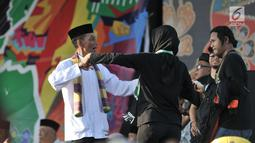 Warga menari saat Lebaran Betawi di Monas, Jakarta, Minggu (21/7/2019). Untuk pertama kalinya Lebaran Betawi digelar di Monas yang diisi oleh beragam seni dan budaya masyarakat Betawi dalam rangka memeriahkan HUT DKI Jakarta. (merdeka.com/Iqbal S. Nugroho)