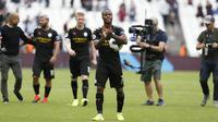 Gelandang Manchester City, Raheem Sterling, menyapa suporter usai mengalahkan West Ham pada laga Premier League di Stadion London, London, Sabtu (10/8). West Ham kalah 0-5 dari City. (AFP/Ian Kington)
