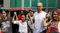 Ferdinant Tjiong (kiri) dan Neil Bantleman ditemani para istri saat bebas dari penjara Cipinang, Jakarta (14/8/2015). Pengadilan Tinggi Jakarta memutuskan membebaskan dua guru JIS terkait kasus dugaan kekerasan seksual. (Liputan6.com/Yoppy Renato)