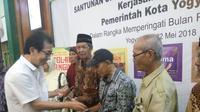Direktur PT Sido Muncul, Tbk, Irwan Hidayat, memberikan kejutan kepada kaum duafa di Yogyakarta yang berusia di atas 72 tahun.