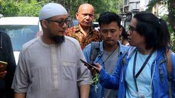 Penyidik KPK Novel Baswedan menjawab pertanyaan wartawan di sela silaturahmi dengan WP KPK di kediamannya di Kelapa Gading, Jakarta, Minggu (17/6). Silaturahmi digelar dalam rangka Idul Fitri. (Liputan6.com/JohanTallo)