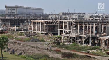 Aktivitas pekerja menyelesaikan pembangunan hunian mewah di salah satu blok di Pulau D atau Kawasan Pantai Maju, Jakarta, Selasa (18/6/2019). Gubernur DKI Jakarta Anies Baswedan baru-baru ini diketahui telah mengeluarkan IMB untuk 932 bangunan di Pulau D. (merdeka.com/Iqbal S. Nugroho)