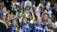 Para punggawa Inter Milan mengangkat trofi liga champions tahun 2010 di Santiago Bernabeu. (AFP)