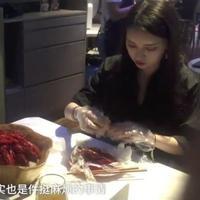 Mau makan tapi nggak mau tanganmu kotor? Di restoran ini kamu bisa mendapatkan pelayanan tersebut. (Sumber Foto: Oddity Central)