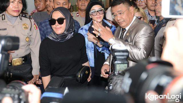 Syahrini dan Hotman membandingkan berlian mereka/copyright Bayu Herdiaanton/Kapanlagi.com