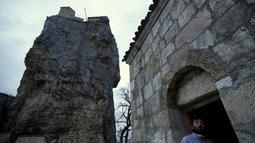 Pada zaman pagan, sebelum munculnya agama Kristen, Pilar Katskhi dianggap mewakili dewa kesuburan lokal. Pada abad ke-9 dibangunlah sebuah gereja di atas Pilar Katskhi, Georgia, Jumat (27/11/2015). (Reuters/ David Mdzinarishvili)