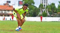 pelatih kiper Arema, Yanuar Hermansyah. (Bola.com/Iwan Setiawan)