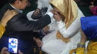 Tahanan kasus tipikor di Makassar melangsungkan pernikahan di Masjid Polrestabes Makassar (Liputan6.com/ Eka Hakim)