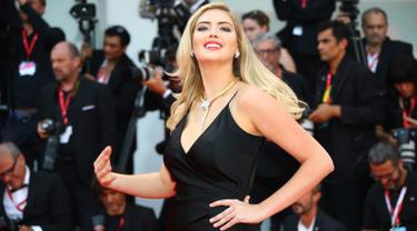 Model Kate Upton berpose untuk fotografer saat menghadiri pemutaran perdana film 'Marriage Story' di Venice Film Festival 2019, Italia, Kamis (29/8/2019). Wanita terseksi di dunia versi majalah Maxim tersebut tampil memesona dengan balutan gaun hitam. (Photo by Joel C Ryan/Invision/AP)