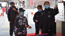 Petugas memeriksa suhu tubuh wisatawan di pintu masuk Tembok Besar bagian Badaling di Beijing, 24 Maret 2020. Bagian dari Tembok Besar yang terkenal di Beijing itu telah dibuka kembali sebagian pada Selasa (24/3), setelah ditutup selama hampir dua bulan akibat corona COVID-19. (Xinhua/Chen Zhonghao)