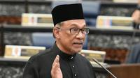 Ketua Partai Keadilan Rakyat Malaysia, Anwar Ibrahim mengucapkan sumpah jabatan dalam upacara pelantikan di Gedung Parlemen, Kuala Lumpur, Senin (15/10). Anwar Ibrahim dilantik sebagai anggota parlemen setelah memenangkan pemilu sela. (MOHD RASFAN/AFP)