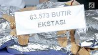 Barang bukti ekstasi diperlihatlan saat rilis penyelundupan narkoba jaringan Malaysia di Gedung BNN, Jakarta, Selasa (16/10). BNN berhasil menggagalkan penyelundupan 14,6 kg sabu dan 63.573 ekstasi dari 4 kasus berbeda. (Liputan6.com/Immanuel Antonius)