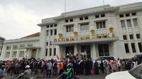 Massa aksi yang tergabung dalam Aliansi Umat Islam Jawa Barat Peduli Palestina menggelar aksi mengecam serangan Israel terhadap warga Palestina di depan Gedung Merdeka, Kota Bandung, Rabu (15/2/2021). (Liputan6.com/Huyogo Simbolon)