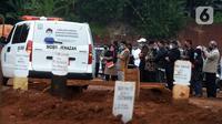 Sejumlah orang mensalatkan jenazah dengan protokol COVID-19 di TPU Pondok Ranggon, Jakarta, Sabtu (7/11/2020). Pemakaman jenazah dengan protokol COVID-19 dalam sepekan mengalami penurunan, untuk hari ini ada sekitar 20 orang yang datang silih berganti (merdeka.com/Imam Buhori)