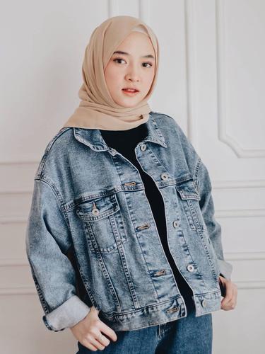FOTO: Gaya Nissa Sabyan saat Pakai Jaket Jeans, Menawan