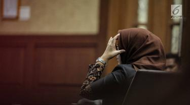Terdakwa kasus suap proyek pembangunan PLTU Riau-1 Eni Maulani Saragih menjalani sidang putusan di Pengadilan Tipikor, Jakarta, Jumat (1/3). Eni Saragih divonis 6 tahun penjara dan denda Rp 200 juta subsider 2 bulan kurungan. (Liputan6.com/Faizal Fanani)