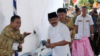 Sebelum memilih, terlebih dahulu Soekarwo mendaftar sebagai pemilih (Liputan6.com/Helmi Fithriansyah)