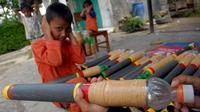 Korban akibat bermain Petasan sudah mulai berjatuhan, di Padang Sumatera Barat bocah laki-laki dan seorang wanita dewasa nyaris buta terkena lemparan Petasan.