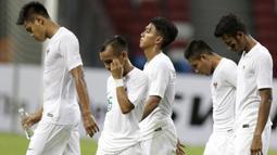Gelandang Timnas Indonesia, Riko Simanjuntak, bersama rekan-rekannya tampak kecewa usai dikalahkan Singapura pada laga Piala AFF di Stadion Nasional, Singapura, Jumat (9/11). Singapura menang 1-0 atas Indonesia. (Bola.com/M. Iqbal Ichsan)
