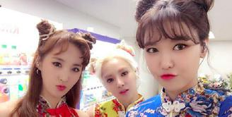 SHY merupakan sub unit dari SNSD. Trio ini terdiri dari Hyoyeon, Yuri, dan Sooyoung. Grup ini sendiri membawakan musik beraliran EDM. (Foto: Soompi.com)