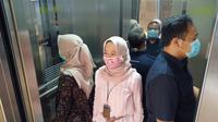 Batasi jumlah orang di lift, saling membelakangi, dan tidak berbicara.