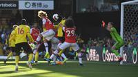 Bek Arsenal, David Luiz melompat melewati hadangan pemain Watford pada pekan kelima Liga Inggris 2019-2020 di Vicarage Road, Minggu (15/9/2019). Sempat unggul dua gol, Arsenal harus rela imbang 2-2 saat berjumpa tim tuan rumah Watford. (Ben STANSALL / AFP)