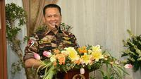 Ketua DPR RI Bambang Soesatyo memberi sambutan selama acara buka puasa bersama di Rumah Dinasnya di Kawasan Widya Chandra Jakarta, Senin (13/5). Buka Puasa tersebut juga di Hadiri Tokoh Politik dan Petinggi Lembaga Negara. (Liputan6.com/Johan Tallo)