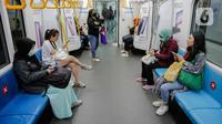 Pengguna moda transportasi MRT duduk di bangku yang ditempeli stiker panduan jaga jarak di Stasiun MRT Bundaran HI, Jakarta, Kamis (19/3/2020). Warga kini lebih waspada dalam menanggapi penyebaran virus corona COVID-19 seiring bertambahnya kasus tersebut di Tanah Air. (Liputan6.com/Faizal Fanani)