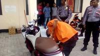 Reka ulang pencuri membongkar jok sepeda motor (Liputan6.com / Eka Hakim)