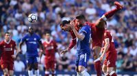 Striker Chelsea, Olivier Giroud, berebut bola dengan bek Liverpool, Virgil Van Dijk, pada laga Premier League di Stadion Stamford Bridge, London, Minggu (6/5/2018). Chelsea menang 1-0 atas Liverpool. (AFP/Glyn Kirk)
