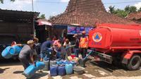 BPBD Kabupaten Pati salurkan bantuan air bersih ke empat desa yang mengalami kekeringan (Liputan6.com/Ahmad Adirin)