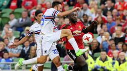 Striker Manchester United, Romelu Lukaku, berebut bola dengan bek Sampdoria, Vasco Regini, pada laga persahabatan di Stadion Aviva, Dublin, Rabu (2/8/2017). Manchester Menang 2-1 atas Sampdoria. (AFP/Paul Faith)