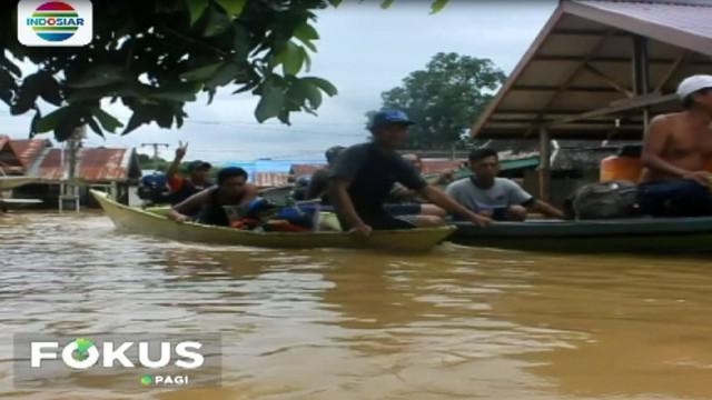 Hanya perahu yang bisa melintas, membawa harta benda dan warga mengungsi ke lokasi yang lebih aman.
