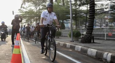 Gubernur DKI Jakarta Anies Baswedan bersama jajaran melakukan test jalur sepeda dari Jakarta International Veldrome menuju Balai Kota DKI Jakarta, Jumat (20/9/2019). Anies menjelaskan, selain difungsikan untuk olahraga sepeda juga bisa menjadi kendaraan jarak dekat. (Liputan6.com/Faizal Fanani)