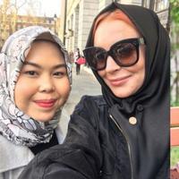 Namanya Tika Mulya, dialah orang Indonesia yang jadi hijab stylist Lindsay Lohan. Simak perbincangannya di sini ya. (Foto: Instagram)