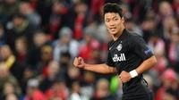 Gelandang Salzburg, Hwang Hee-Chan, merayakan gol yang dicetaknya ke gawang Liverpool pada laga Liga Champions di Stadion Anfield, Liverpool, Rabu (2/10). Liverpool menang 4-3 atas Salzburg. (AFP/Paul Ellis)