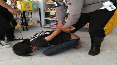 Bintara berbadan tambun, Aiptu Hery Sima saat melumpuhkan pelaku begal di Alfamart Makassar (Liputan6.com/ Eka Hakim)