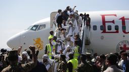 Tahanan Yaman meneriakkan slogan-slogan selama kedatangan mereka setelah dibebaskan oleh koalisi pimpinan Arab Saudi di Bandara Sanaa, Yaman, Kamis (15/10/2020). Pihak yang bertikai di Yaman menyelesaikan pertukaran tahanan besar yang ditengahi PBB pada hari Jumat. (AP Photo/Hani Mohammed)