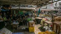 Sejumlah pedagang duduk usai Pasar Kambing terbakar di Jalan Sabeni RT 1 RW 12, Kebon Melati, Tanah Abang, Jakarta, Jumat (9/4/2021). Kambing-kambing yang dijual pedagang juga sudah diungsikan sebelum kebakaran membesar. (Liputan6.com/Faizal Fanani)