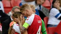 Momen ketika kapten timnas Denmark, Simon Kjaer menenangkan istri Christian Eriksen. (AP)