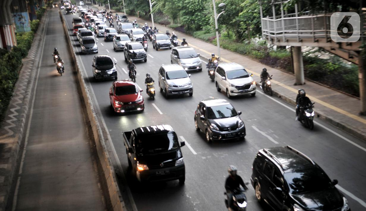 Kepadatan arus kendaraan saat melintas di by pass Jalan Ahmad Yani, Jakarta, Rabu (13/5/2020). Jumlah kendaraan pribadi mulai kembali meningkat hingga menyebabkan kepadatan arus lalu lintas di sejumlah jalan Ibu Kota meski penerapan PSBB masih berlangsung. (merdeka.com/Iqbal S. Nugroho)