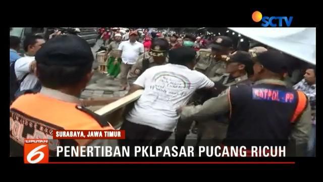 Pedagan PKL di Pasar Pucang Surabaya ribut dengan Satpol PP saat penertiban dagang di atas pedestrian berlangsung.