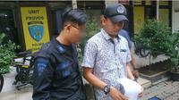 Aksi konyol pemuda di Medan menggunakan seragam Brimob menyebabkan dirinya harus diamankan polisi. (Liputan6.com/Reza Efendi)