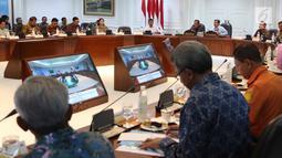 Presiden Joko Widodo atau Jokowi didampingi Wapres Jusuf Kalla memimpin rapat terbatas di Istana, Jakarta, Selasa (2/10). Rapat terbatas membahas penanganan korban gempa di Sulawesi Tengah. (Liputan6.com/Angga Yuniar)