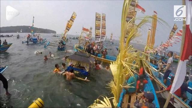 Ribuan warga dan nelayan turut hadiri Hajat Laut Pangandaran 2018. Mereka melarung sesaji ke laut dan makan bersama agar tangkapan ikan meningkat dan selamat saat melaut.