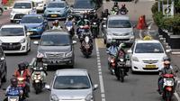 Pengendara sepeda motor saat melintas di Jalan Medan Merdeka Barat, Jakarta, Senin (2/7). Pemprov  DKI Jakarta akan menerapkan sistem ganjil-genap untuk sepeda motor di Jalan MH Thamrin dan Medan Merdeka Barat. (Merdeka.com/ Iqbal S. Nugroho)