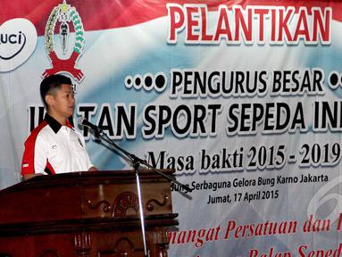 Ketua Umum PB Ikatan Sport Sepeda Indonesia (ISSI), Raja Sapta Oktohari memberikan kata sambutan usai pelantikan PB ISSI Masa Bakti 2015-2019 di Gedung Serba Guna Senayan, Jakarta, Jumat (17/4/2015). (Liputan6.com/Helmi Afandi)