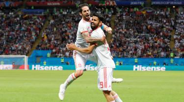 Pemain Spanyol, Diego Costa (kanan) merayakan gol usai mencetak gol ke gawang Iran dalam penyisihan Grup B Piala Dunia 2018 di Kazan Arena, Kazan, Rusia, Rabu (20/6). Gol tunggal Costa membawa Spanyol menumbangkan Iran. (AP Photo/Frank Augstein)