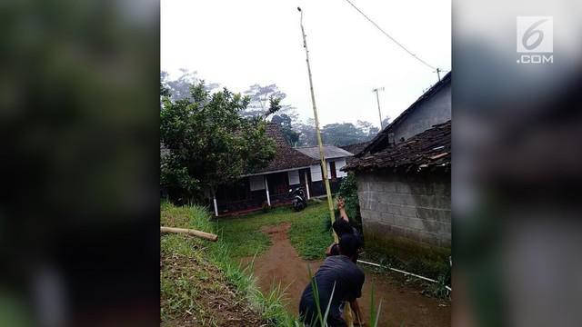 Hanya bermodalkan galah sepanjang 20 meter, kedua pria ini berhasil mengambil foto dari ketinggian tanpa drone. Aksinya itu mendadak viral.